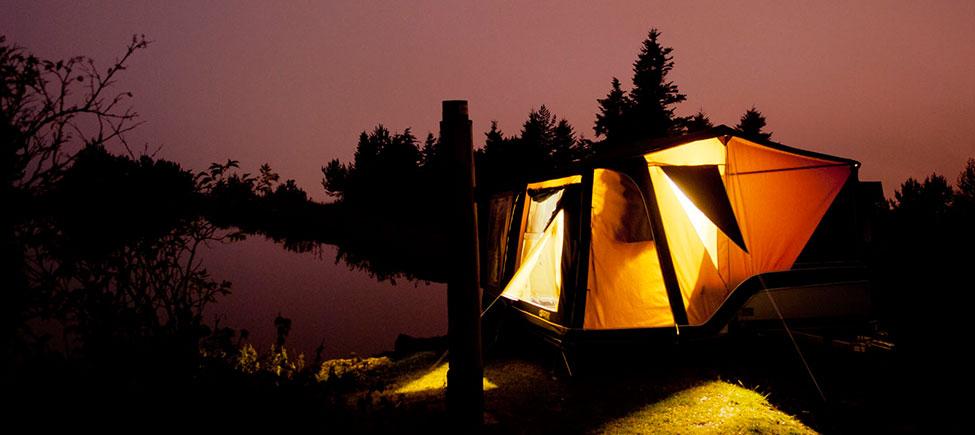 Remolque camping Montana Explorer de noche