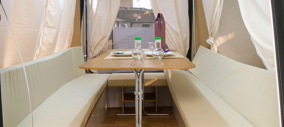 Remolque tienda Compact con mesa en pasillo